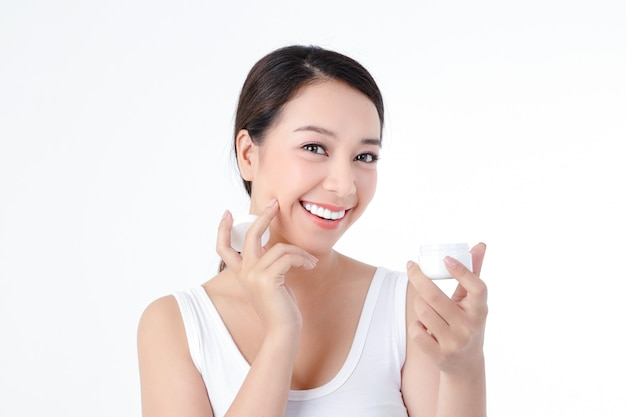 Asiatische frauen lieben gesundheit, haben helle haut, sind sauber und schön, tragen körpercreme auf. schönheitskonzept