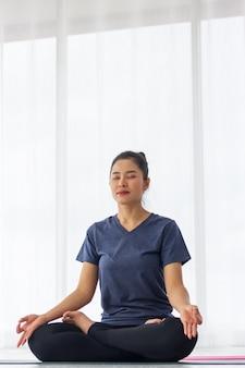 Asiatische frauen machen yoga für gesundheit und form.
