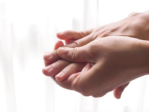 Asiatische frauen mit fingerschmerzen, handschmerzen und taubheitsgefühl.