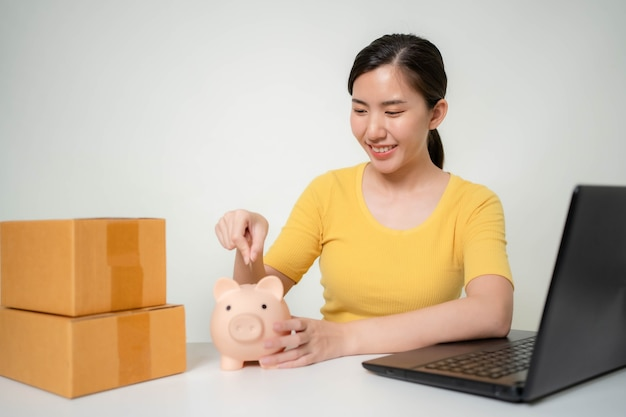 Asiatische frauen sparen ihr einkommen aus online-verkäufen