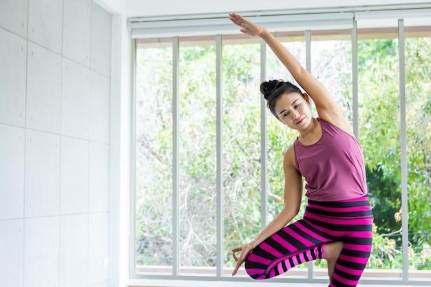 Asiatische frauen trainieren yoga-training, ziehen rosa kleidung an und praktizieren meditation, wellness-lifestyle und gesundheits-fitness-konzept in einem fitnessstudio, kopierraum