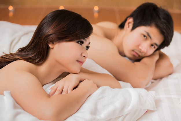 Asiatische frauen und männer mit einer massage und einem badekurort