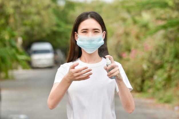 Asiatische frauen verwenden alkoholspray reinigung handschutz coronavirus covid19