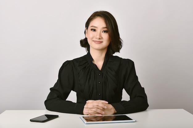 Asiatische frauen warten auf vorstellungsgespräche