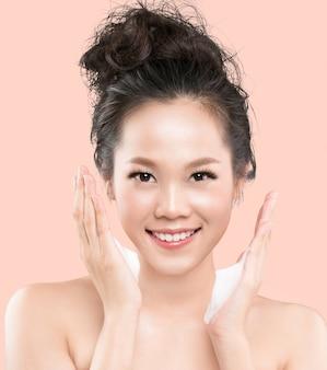 Asiatische frauen werden einen gesichtsschaum benutzen, um kosmetika aus dem gesicht zu waschen