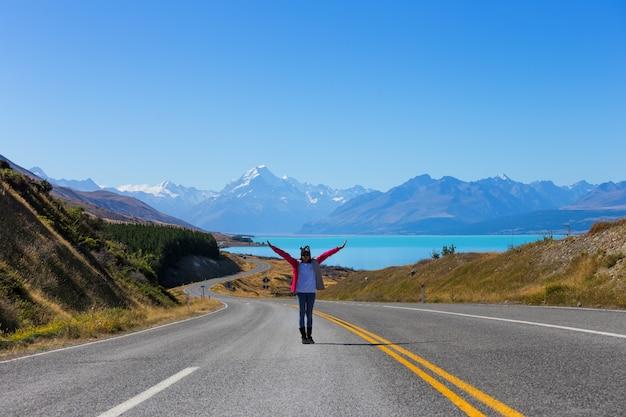 Asiatische frauenreise genießen am berg. nationalpark des kochs in neuseeland, reiseziel-konzept