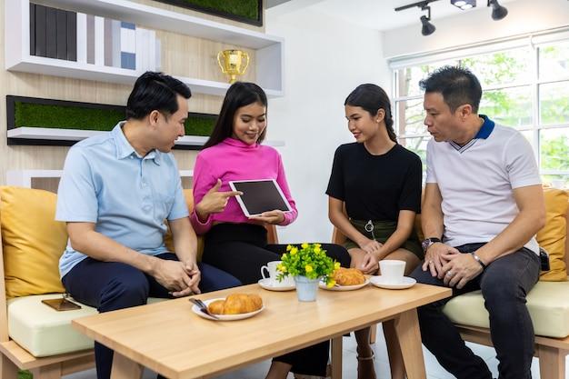Asiatische freiberufler halten tablette