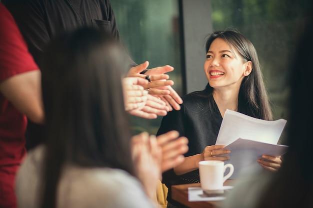 Asiatische freiberufliche teambesprechung mit glück im modernen innenministerium
