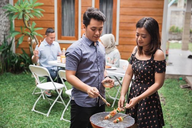 Asiatische freunde grillen grill