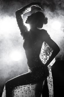 Asiatische gebräunte haut dünne sexy frau sehen durch abendkleid mit gegenlichtrauch