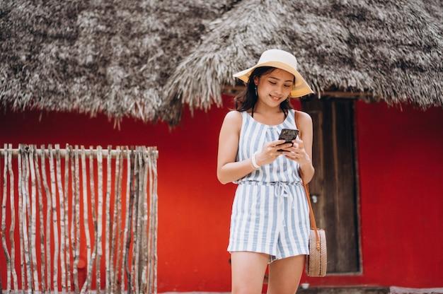 Asiatische geschäftsfrau auf ferien sprechend am telefon