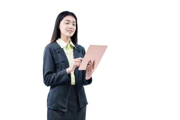 Asiatische geschäftsfrau, die beim verwenden der tablette steht
