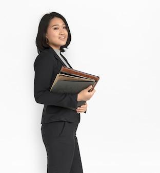 Asiatische geschäftsfrau, die dokumente hält