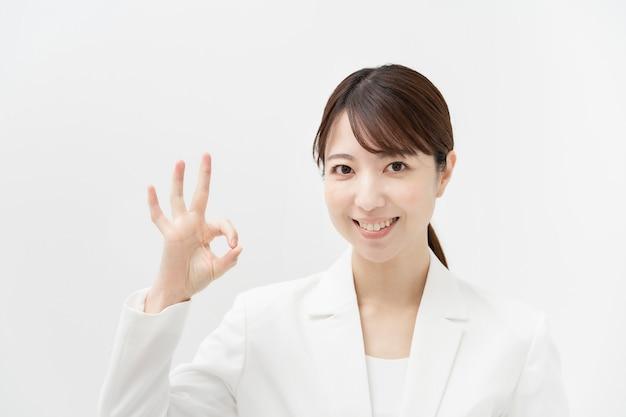 Asiatische geschäftsfrau, die eine gibt