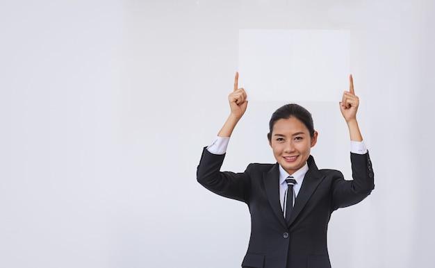 Asiatische geschäftsfrau, die eine leere weiße karte hält