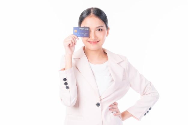Asiatische geschäftsfrau, die kreditkarte für das online-telemarketing-konzept des zahlungseinkaufs zeigt