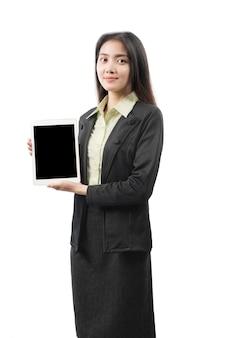 Asiatische geschäftsfrau, die leeren tablettbildschirm zeigt
