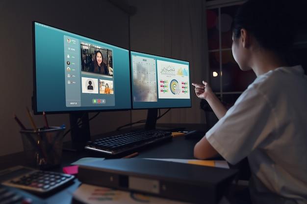 Asiatische geschäftsfrau, die videoanruf-treffen macht, um online zu arbeiten und arbeitsprojekte zu präsentieren. konzept von zu hause aus arbeiten.