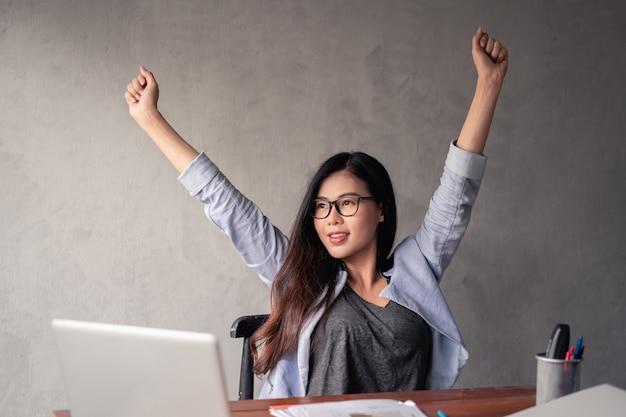 Asiatische geschäftsfrau, die von zu hause aus arbeitet