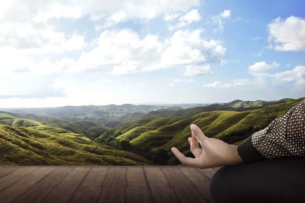 Asiatische geschäftsfrau, die yoga tut
