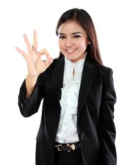 Asiatische geschäftsfrau mit okem handzeichen