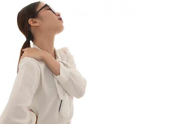 Asiatische geschäftsfrau nackenschmerzen bei der arbeit, verwenden sie hand fangen ihre nackenschmerzen von harter arbeit lange zeit auf weiß