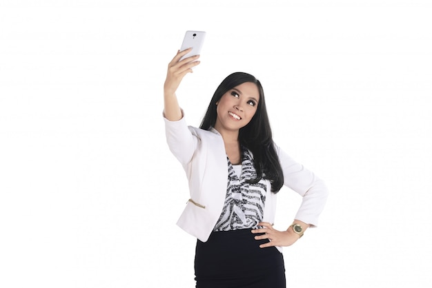 Asiatische geschäftsfrau nehmen selfie mit ihrem smartphone