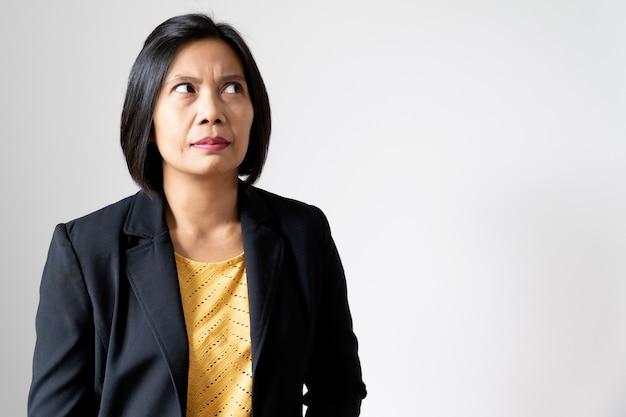 Asiatische geschäftsfrau-show, die zweifel auf ihrem gesicht glaubt