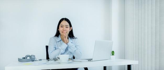 Asiatische geschäftsfrau virtuelles videokonferenz-meeting-konzept arbeit zu hause aufgrund sozialer distanzierung