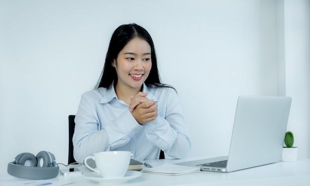 Asiatische geschäftsfrau virtuelles videokonferenz-meeting-konzept funktioniert zu hause aufgrund sozialer distanzierung