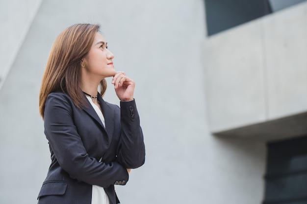 Asiatische geschäftsfrauen beim denken mit dem zukünftigen schauenden konzept der vision
