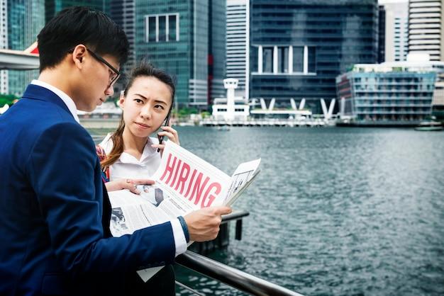 Asiatische geschäftsleute in einer stadt, die zusammenarbeitet