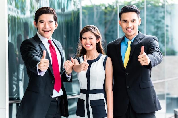 Asiatische geschäftsleute zusammenarbeiten