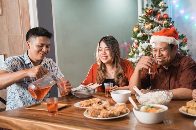 Asiatische glückliche familie, die weihnachten zusammen zu hause feiert