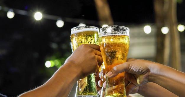 Asiatische gruppe freunde, die party mit alkoholischen biergetränken haben