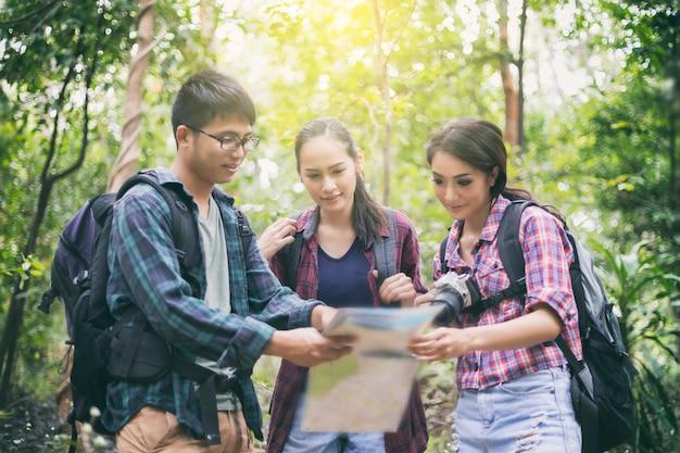 Asiatische gruppe von personen wandern mit freunden