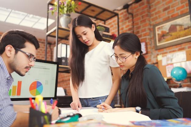 Asiatische gruppen brainstormieren und arbeiten im büro