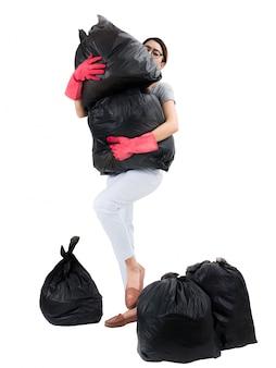 Asiatische hausfrau, die abfalltaschen lokalisiert auf weiß hält