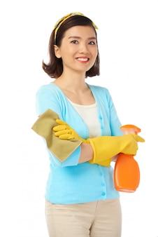 Asiatische hausfrau mit offenem lächeln