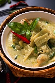 Asiatische hausmannskost konzept thai huhn und baby bambus grünes curry
