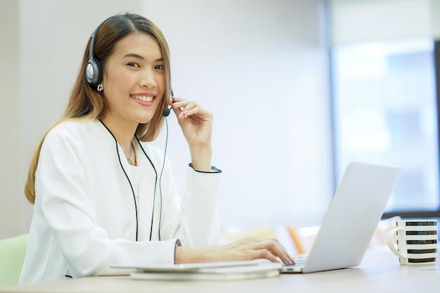 Asiatische helpdesk-frau arbeiten