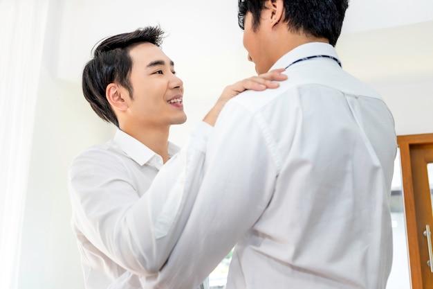 Asiatische homosexuelle paare, die zu hause tanzen. konzept lgbt homosexuell.