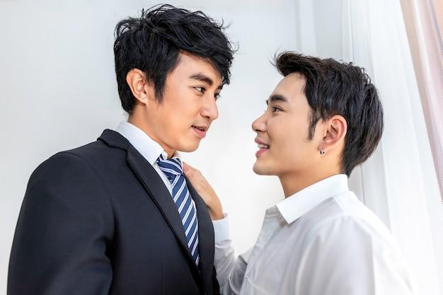 Asiatische homosexuelle paare in der liebe, die einander augen untersucht