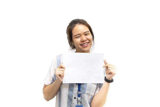 Asiatische hübsche frau, die leeres weißes papier für kopienraum und nachricht mit glücklichem und lächeln in konzeptgeschäftsfrau und -werbung zeigt