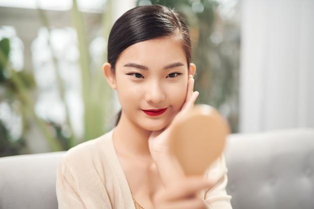 Asiatische hübsche frau mit spiegel