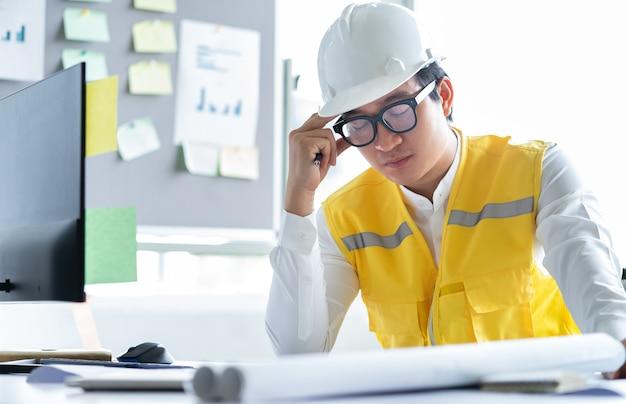 Asiatische ingenieure fühlen sich vom arbeitsdruck müde