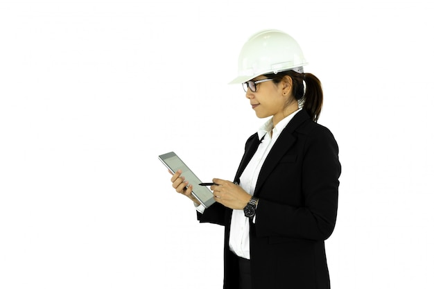 Asiatische ingenieurfrau im weißen sturzhelm unter verwendung der tablette, lokalisiert auf w
