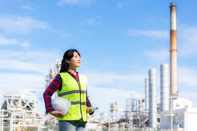 Asiatische ingenieurin mit einer sicherheitsweste bei der arbeit