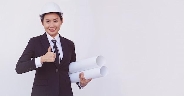 Asiatische ingenieurmädchenshow greift oben auf weißem hintergrund ab