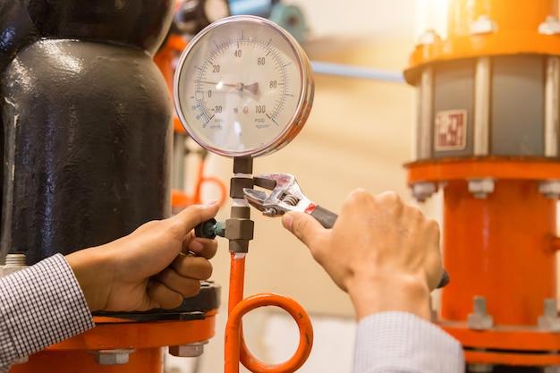Asiatische ingenieurwartung, die technische daten der systemausrüstung überprüft